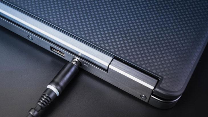 Kako napuniti bateriju laptopa bez punjača