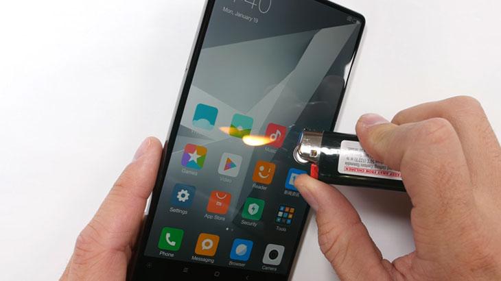Pogledajte kako Xiaomi Mi Mix podnosi grebanje, vatru i savijanje